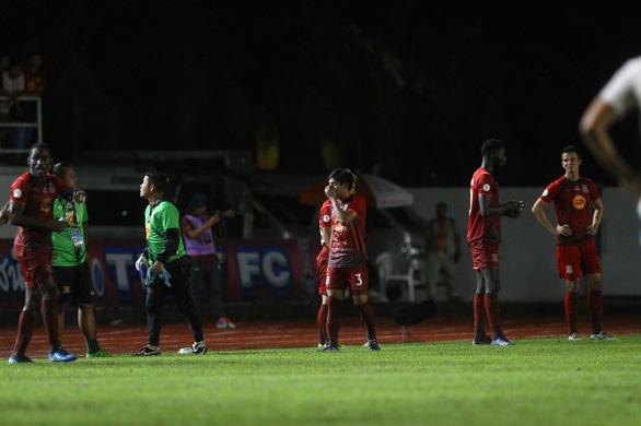 Cầu thủ Thái Lan dừng trận đấu phản đối trọng tài như... Long An từng làm - Ảnh 2.