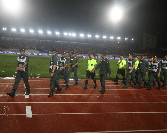 Cầu thủ Thái Lan dừng trận đấu phản đối trọng tài như... Long An từng làm - Ảnh 3.