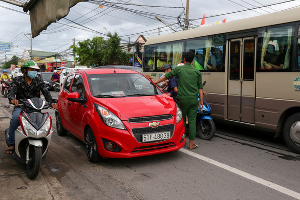 Ngán ngẩm cảnh ôtô chen hàng bến phà Cát Lái - Ảnh 4.
