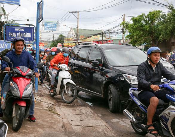 Ngán ngẩm cảnh ôtô chen hàng bến phà Cát Lái - Ảnh 2.