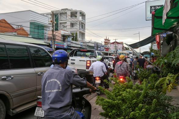 Ngán ngẩm cảnh ôtô chen hàng bến phà Cát Lái - Ảnh 3.