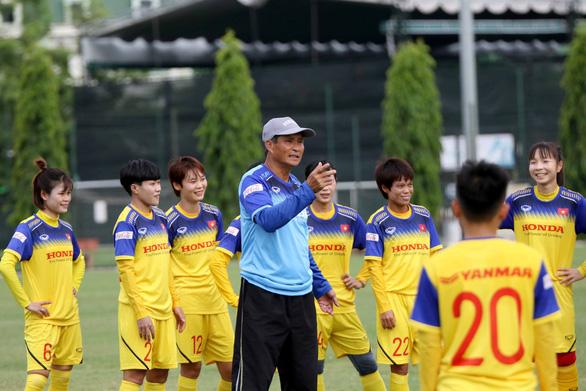 HLV Mai Đức Chung: Tôi mong các cầu thủ nữ đều lập gia đình - Ảnh 1.