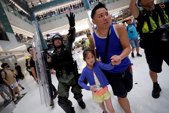 Hàng không, du lịch Hong Kong thiệt hại nặng vì biểu tình - Ảnh 2.