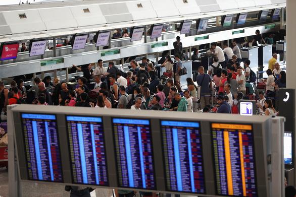 Sân bay Hong Kong mở lại nhưng phải hủy hơn 200 chuyến bay - Ảnh 1.