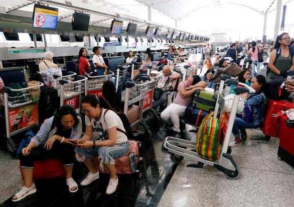 Sân bay quốc tế Hong Kong bị đình trệ nghiêm trọng - Ảnh 2.