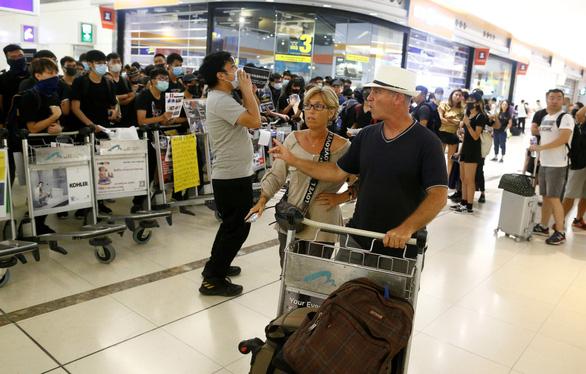 Sân bay quốc tế Hong Kong bị đình trệ nghiêm trọng - Ảnh 1.