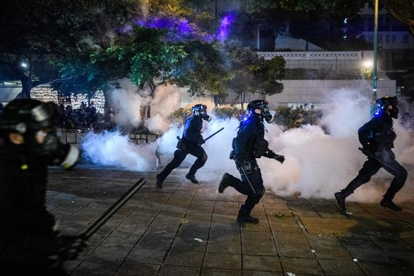Cảnh sát Hong Kong bắt gần 150 người biểu tình quá khích - Ảnh 2.