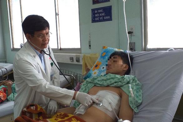 Khó tin: tăm tre đâm xuyên dạ dày, gan và màng tim mà bệnh nhân không biết - Ảnh 1.