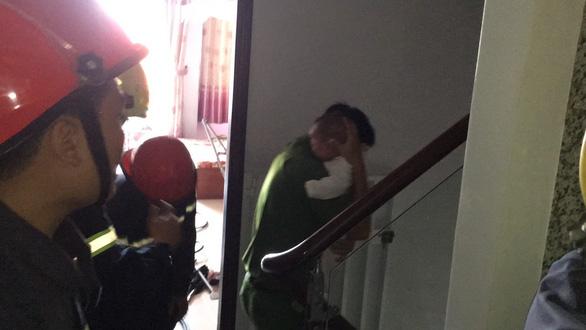 Vợ chồng con trai đi làm, hai bà cháu kẹt trong thang máy nhà riêng - Ảnh 2.