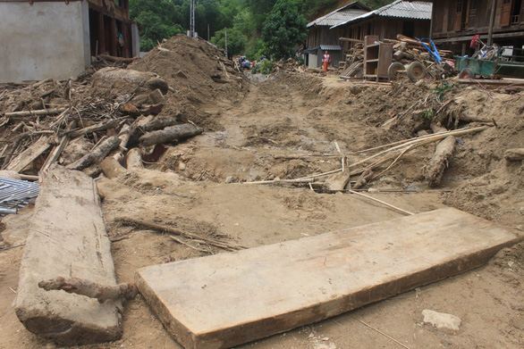 Lũ rút, vô số gỗ khủng ở lại bản Xa Ná - Ảnh 12.