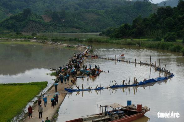 Hơn 500 người dầm mình trong nước vá đê cứu lúa vỡ òa niềm vui - Ảnh 1.