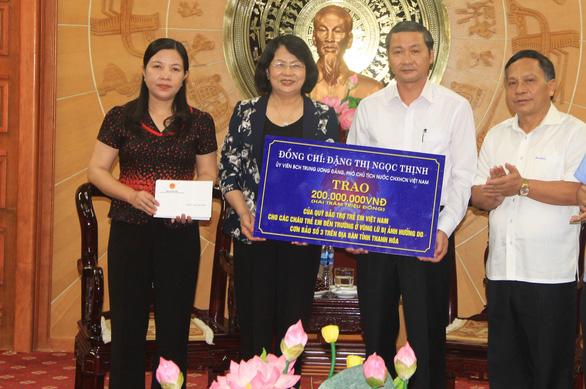 Phó chủ tịch nước Đặng Thị Ngọc Thịnh trao quà cho người dân vùng lũ Thanh Hóa - Ảnh 1.