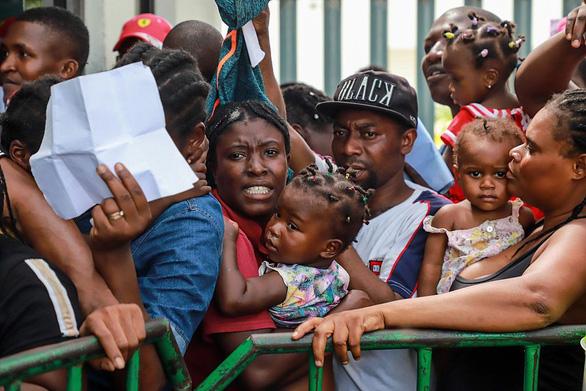 Quy định mới về nhập cư ở Mỹ có thể từ chối hàng trăm nghìn người - Ảnh 1.
