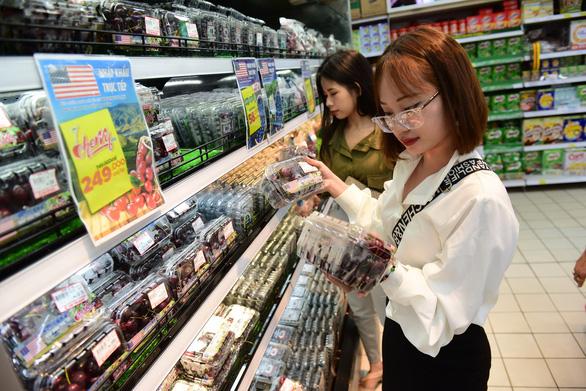 Cherry, nho Mỹ giá mềm đổ bộ, đầy ắp siêu thị Việt Nam - Ảnh 1.