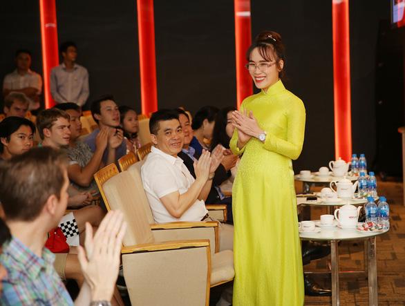 Nữ tỷ phú Việt trò chuyện cùng đoàn học sinh trường hoàng gia Anh - Ảnh 1.