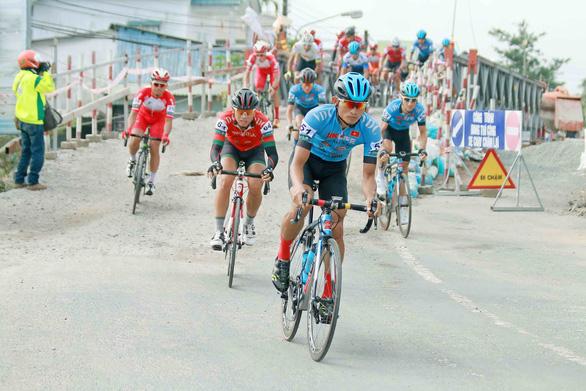 16 cuarơ không về đích ở chặng 2 Cuộc đua xe đạp ĐBSCL 2019 - Ảnh 1.