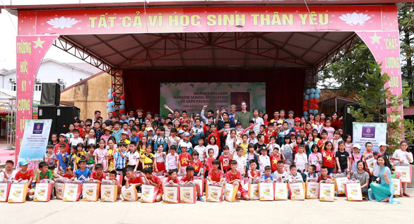 Nữ tỷ phú Việt trò chuyện cùng đoàn học sinh trường hoàng gia Anh - Ảnh 4.