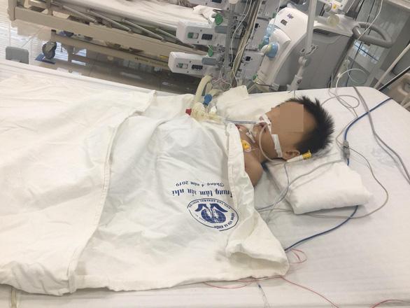 Bé trai 27 tháng tuổi nguy kịch nghi do dùng Paracetamol 4 viên/ngày - Ảnh 1.