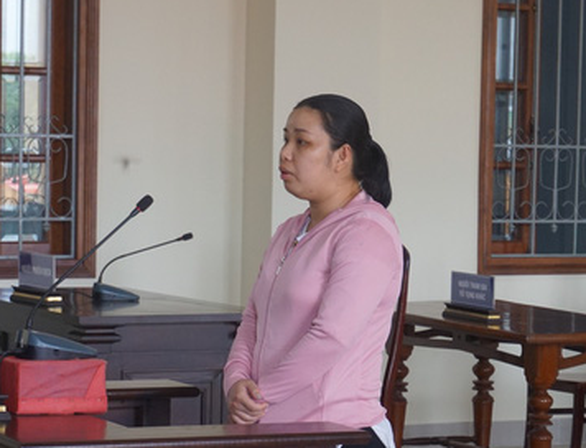 Con gái làm giả sổ đỏ lừa mẹ nuôi mua đất, lãnh 7 năm tù - Ảnh 1.