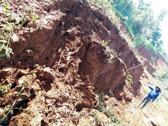 Lở đất gần hồ thủy điện Đắk Sin 1, sơ tán 9 hộ dân bị ảnh hưởng - Ảnh 1.