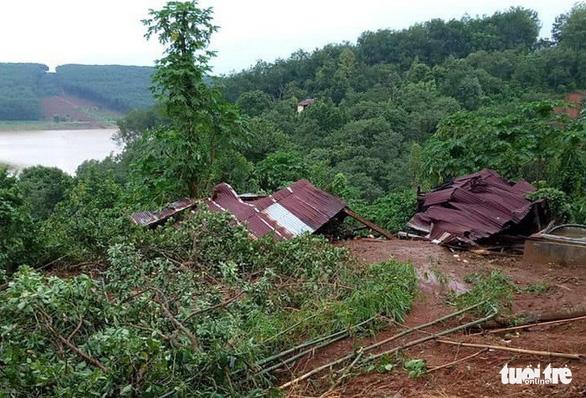 Lở đất gần hồ thủy điện Đắk Sin 1, sơ tán 9 hộ dân bị ảnh hưởng - Ảnh 2.