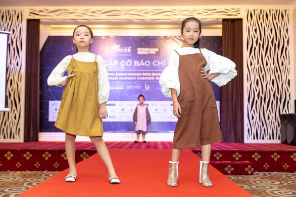 Lần đầu ra mắt tuần lễ thời trang dành cho người mẫu chuyên nghiệp - Ảnh 4.