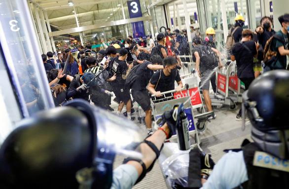 Hong Kong t.ung 2,4 tỉ USD c.ứu kinh tế - Ảnh 2.