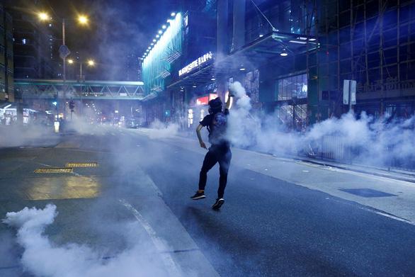 Hong Kong t.ung 2,4 tỉ USD c.ứu kinh tế - Ảnh 1.