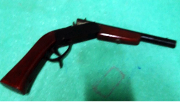 Mang súng tự chế vào ban chỉ huy quân sự xã dọa bắn - Ảnh 1.