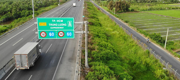Cao tốc TP.HCM - Trung Lương lộn xộn như đường làng - Ảnh 1.