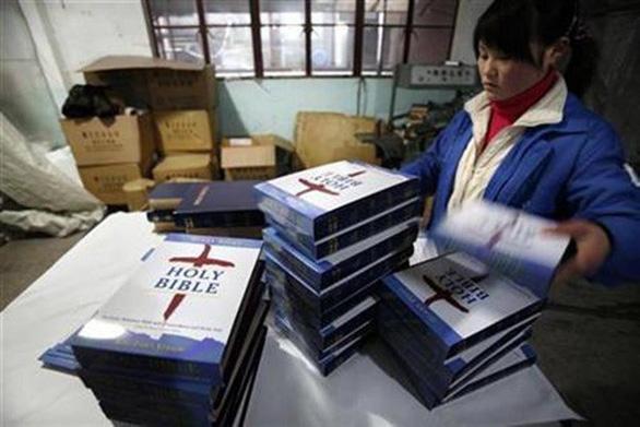 Kinh Thánh do Trung Quốc sản xuất thoát áp thuế quan của Mỹ - Ảnh 1.
