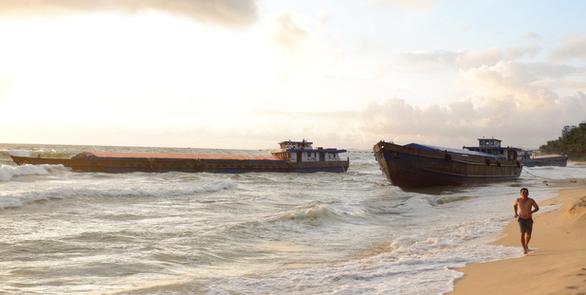 Mới giải cứu 1 trong 5 sà lan bị sóng đánh mắc cạn trên bãi biển Phú Quốc - Ảnh 1.