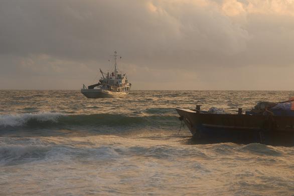 Mới giải cứu 1 trong 5 sà lan bị sóng đánh mắc cạn trên bãi biển Phú Quốc - Ảnh 2.