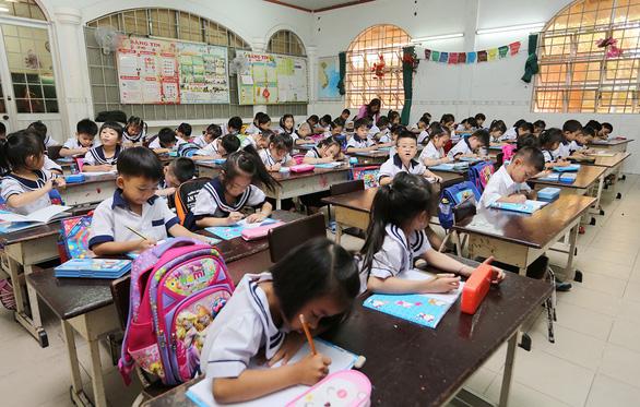 Tăng hơn 75.000 học sinh, TP.HCM xây thêm trường vẫn quá tải - Ảnh 2.