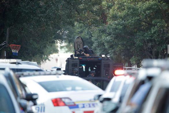 Nổ súng bắn ít nhất 6 cảnh sát, Mỹ phải điều xe bọc thép - Ảnh 1.