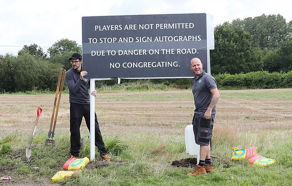 Cầu thủ M.U bị cấm dừng xe ký tên tặng người hâm mộ - Ảnh 1.