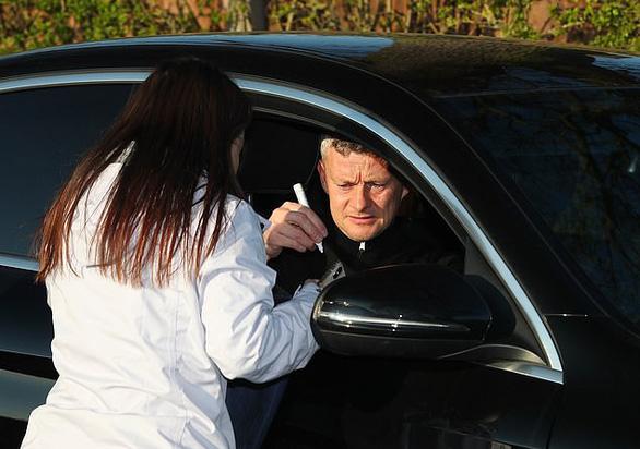 Cầu thủ M.U bị cấm dừng xe ký tên tặng người hâm mộ - Ảnh 2.