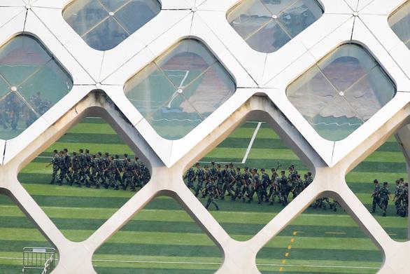 Trung Quốc tuyên bố sẽ không ngồi xem biểu tình Hong Kong - Ảnh 1.