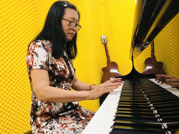 Cử nhân Anh văn 63 tuổi đậu đại học chính quy ngành piano - Ảnh 1.