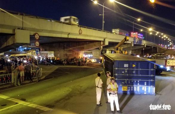 Thùng container rớt ở gầm cầu vượt Linh Xuân, nhiều người may mắn thoát chết - Ảnh 1.