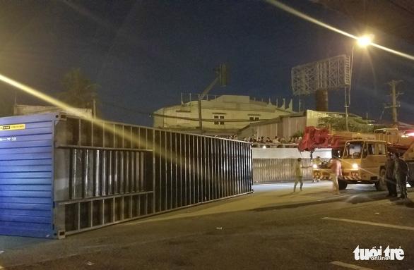 Thùng container rớt ở gầm cầu vượt Linh Xuân, nhiều người may mắn thoát chết - Ảnh 2.