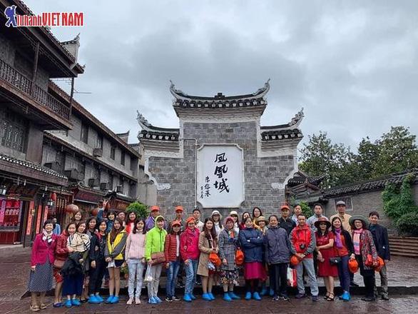 Tour Phượng Hoàng cổ trấn ngày vàng giá sốc chỉ 11,9 triệu đồng - Ảnh 1.