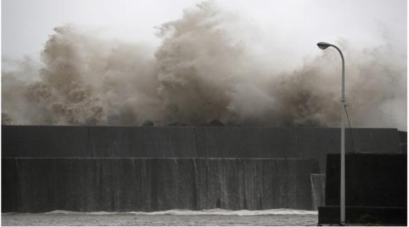 Bão Krosa trút mưa lớn xuống Nhật, 49 người bị thương - Ảnh 2.