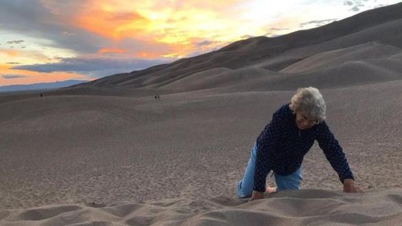 Bà nội hồi trẻ không đi nhiều nơi, cháu đưa bà đi một loạt 29 công viên - Ảnh 2.