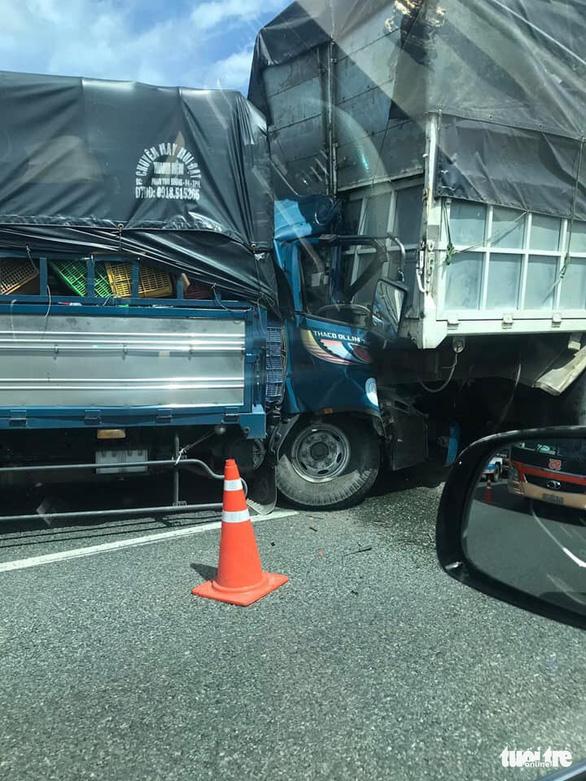 Húc đuôi xe tải đậu trên cao tốc Trung Lương, tài xế chết ngay trên cabin - Ảnh 2.