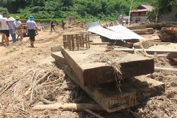 Thiệt hại khủng khiếp ở Xa Ná do gỗ lớn từ thượng nguồn đâm thẳng vào nhà dân - Ảnh 3.