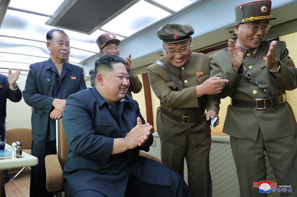 Triều Tiên lại phóng 2 vật thể bay chưa xác định ra biển - Ảnh 1.