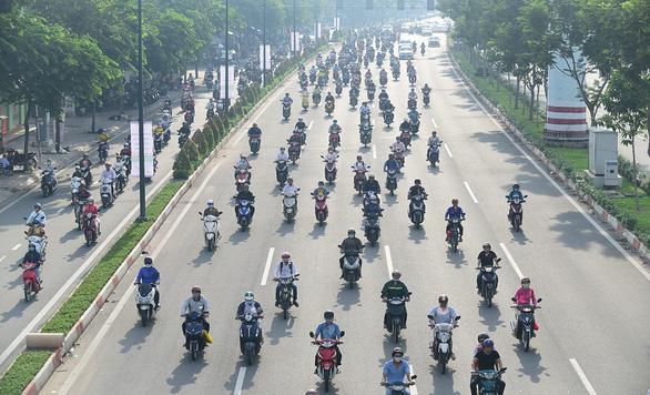Hàng ngàn, hàng vạn xe máy vẫn cứ tràn vào làn đường ôtô - Ảnh 1.