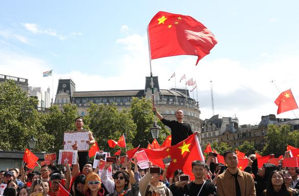 Người Anh xuống đường ủng hộ Hong Kong - Ảnh 2.