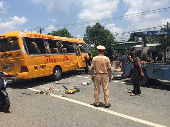 Xe đò đang chạy rơi hai bánh rồi lật ngang, 10 người bị thương - Ảnh 3.